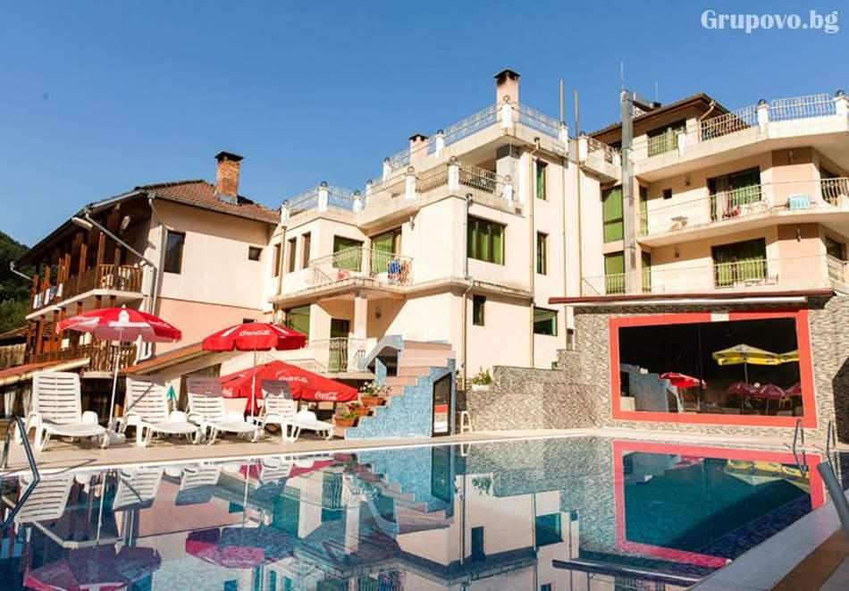 Нощувка на човек със закуска и вечеря* + външен минерален басейн от хотел Мания, с.Чифлик