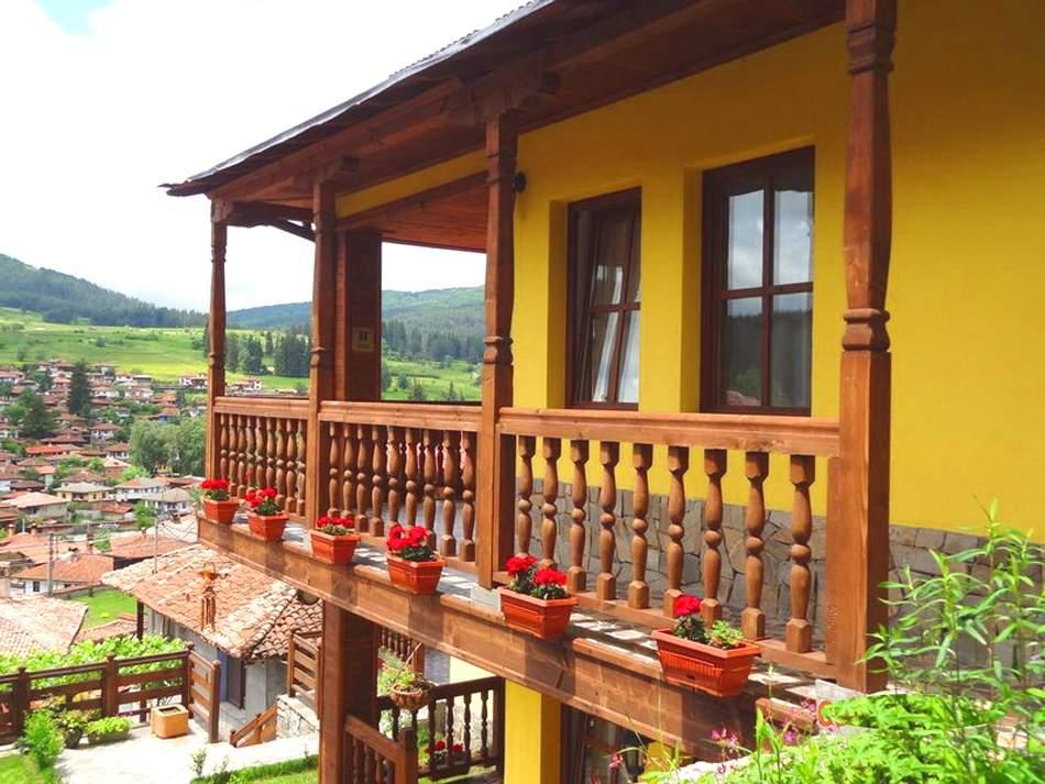 Нощувка на човек със закуска, обяд и вечеря от стаи и апартаменти за гости в къща Емили Фемили Хаус, Копривщица