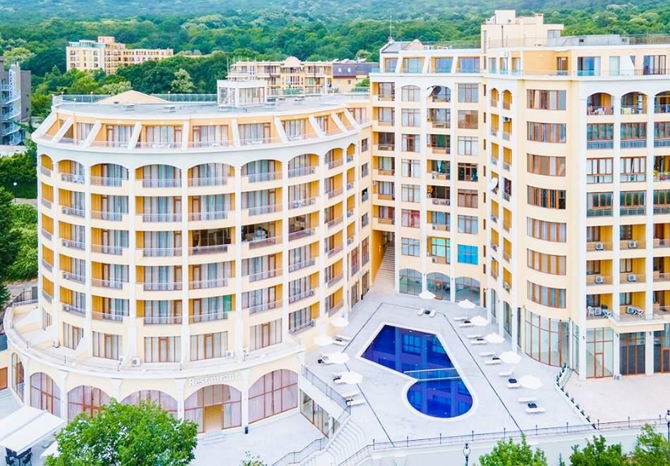 Нощувка със закуска на човек + басейн с морска вода и релакс зона в хотел Континентал, Златни Пясъци! Дете до 12г. - БЕЗПАЛТНО
