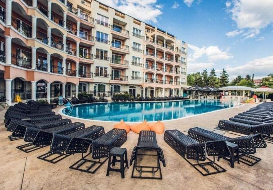 Нощувка за двама + 1 дете или трима на база All Inclusive + басейн и релакс зона в хотел Авеню Делукс Слънчев Бряг