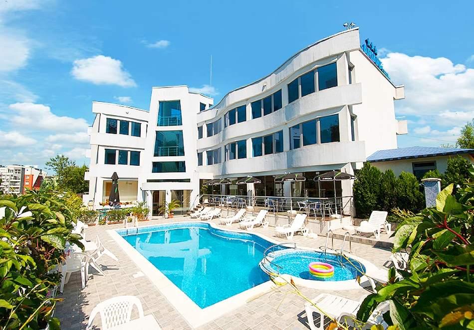 На море в хотел Ариана, Лозенец! Включва басейн и закуска!