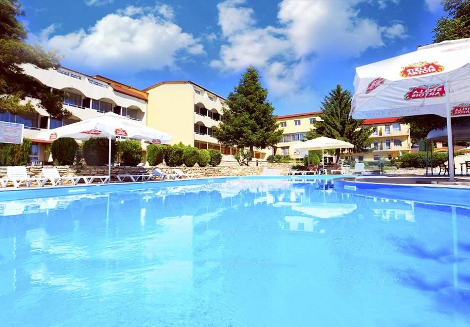 Ваканция в хотел Наслада*3, Балчик! Включва басейни и закуска!