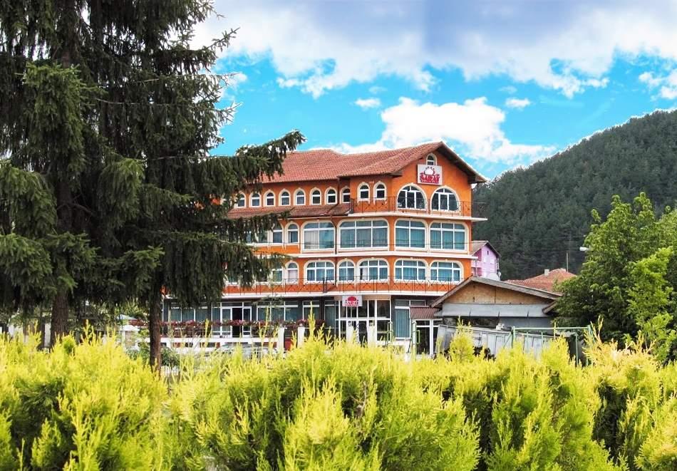 2 или повече нощувки на човек със закуски и вечери + вътрешен минерален басейн в хотел Сарай, до Велинград