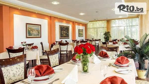 Посрещнете Коледните празници в Хотел Банкя Палас, Банкя! Включва изхранване вечери и закуски!