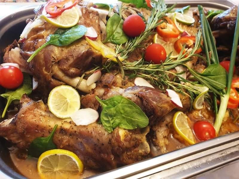 Вкусно хапване от Лаура Кетъринг! Крехко обезкостено агнешко месо (1.2 кг) + други опции и подарък