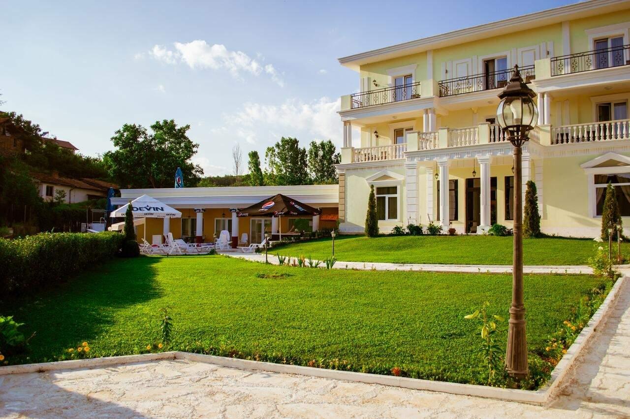 Релаксирайте в хотел Алексион Палас, Огняново! Включва зона за релакс, басейн с минерална вода, вечери и закуски!