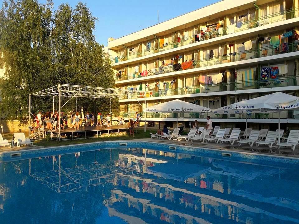 Нощувка на човек със закуска, обяд* и вечеря + басейн в хотел Феста, Кранево