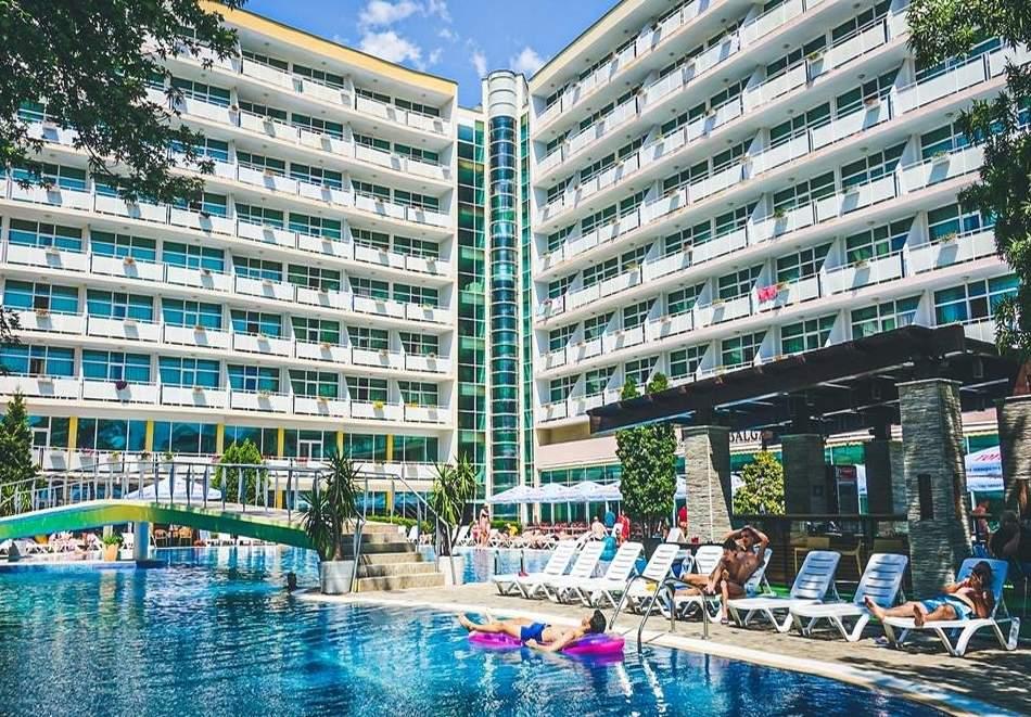 Гергьовден в Слънчев бряг! 2 или 3 нощувки на човек на база All Inclusive + празничен обяд + басейн в Гранд хотел Оазис. БЕЗПЛАТНО-Дете до 13г.