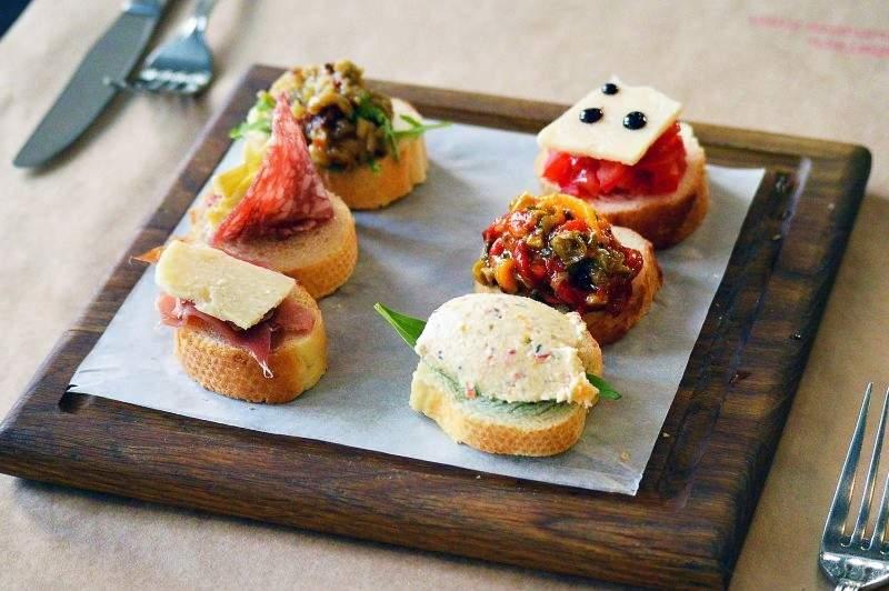 Направете празника си специален с Кулинарна работилница Деличи! Включва мини сандвичи, еклерчета и кюфтенца!