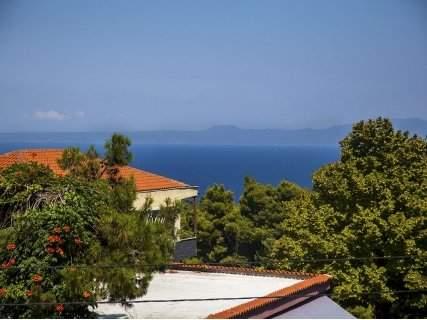 Гръцко лято! ХАЛКИДИКИ, Adonis Hotel Kriopigi 2*: нощувка със закуска на цена от 58 лв. или нощувка със закуска и ВЕЧЕРЯ на цена от 95 лв. За ДВАМА!