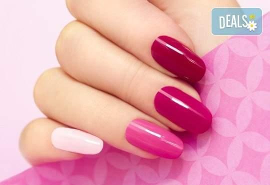 Погрижете се за ноктите си в Женско царство! Включва масаж на ръцете