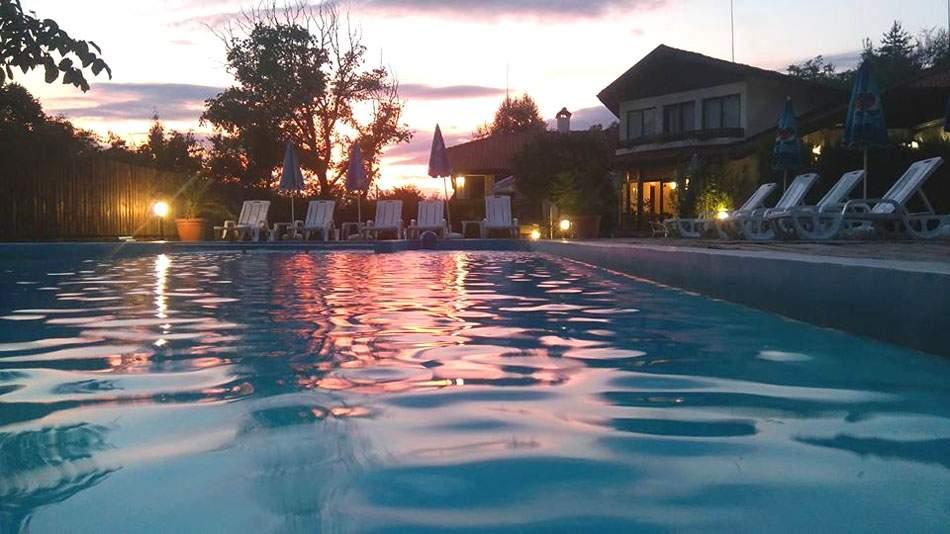Релаксирайте в хотел Балкан Парадайс, Априлци! Включва басейн и пълно изхранване!