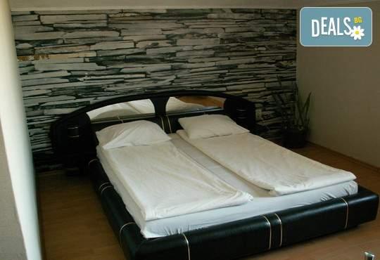 Релакс в хотелски к-с Долна баня! Включва център за релакс, басейн и закуска!