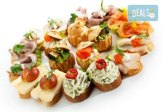 Разглезете гостите си с H&D catering! Включва солени и сладки хапки