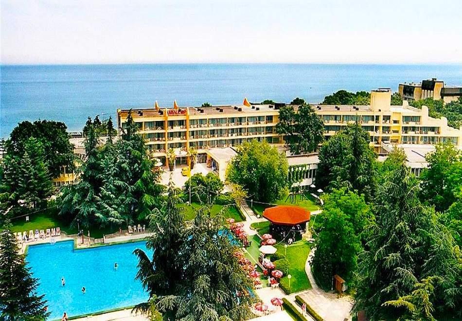 Релаксирайте в хотел Амбасадор*3, Златни Пясъци! Възползвайте се от басейн! + Близък плаж