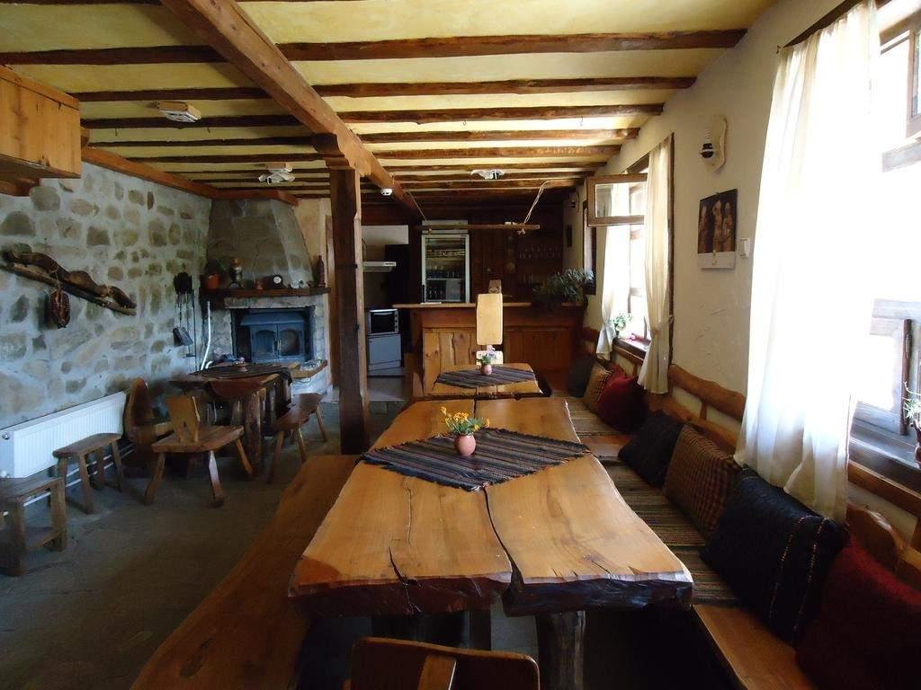 Нощувка за 16 или 20 човека в делнични дни в къщи Кандафери 1 и 2 в типичен еленски архитектурен стил - с. Мийковци, край Елена