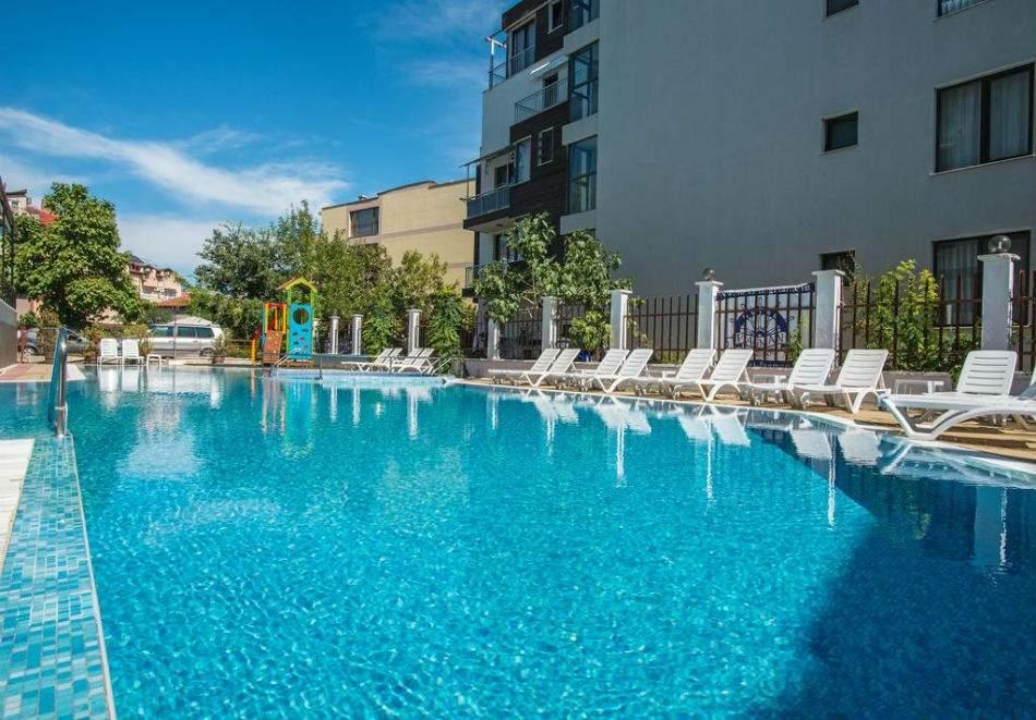 Отпочивайте в Хотел Флагман*3, Созопол! Възползвайте се от басейн, вечеря и закуска!