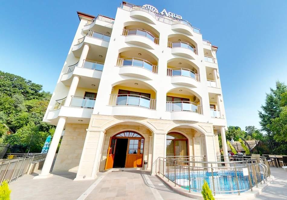 Нощувка на човек със закуска и вечеря + басейн  в хотел Аква Вю****, Златни пясъци. Дете до 13г. – безплатно!
