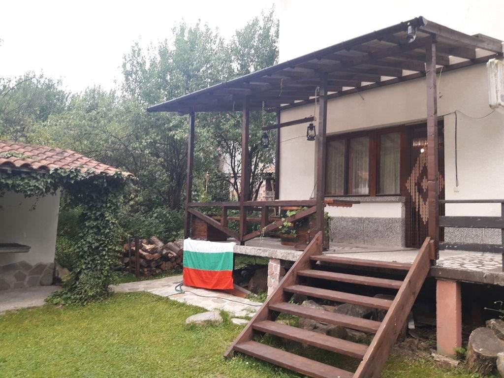 Нощувка за до 12 човека + басейн и барбекю в къща Под ябълката край Троян - с. Шипково