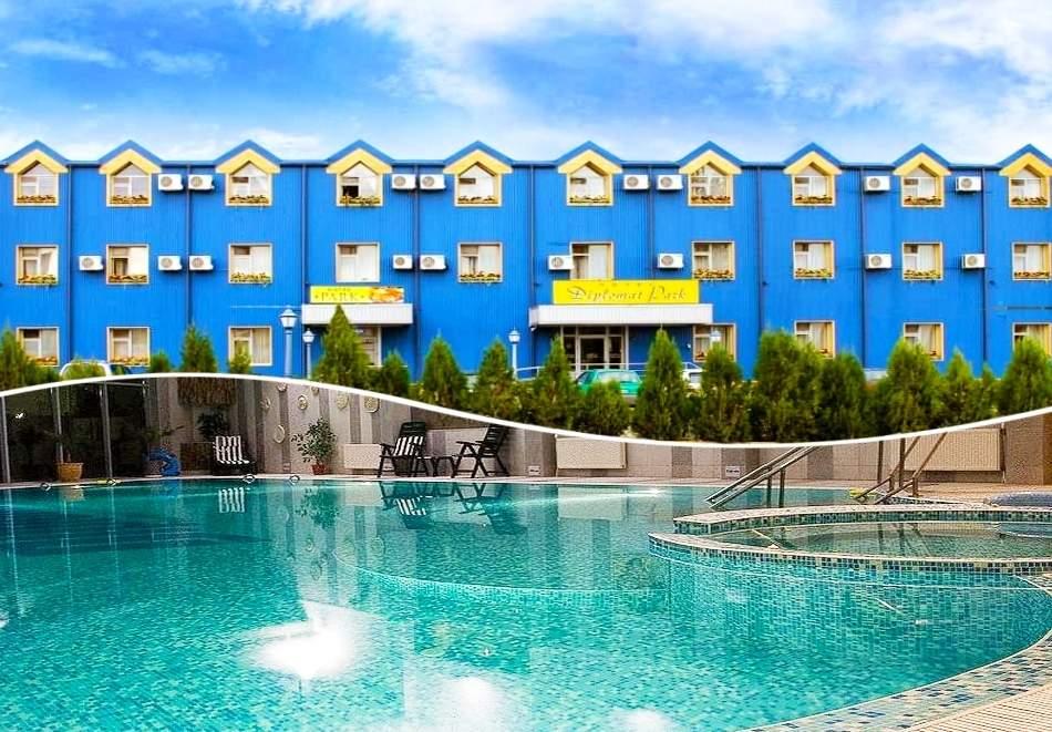 Отпочивайте в хотел Дипломат Парк*3, Луковит! Включва изхранване вечеря и закуска!