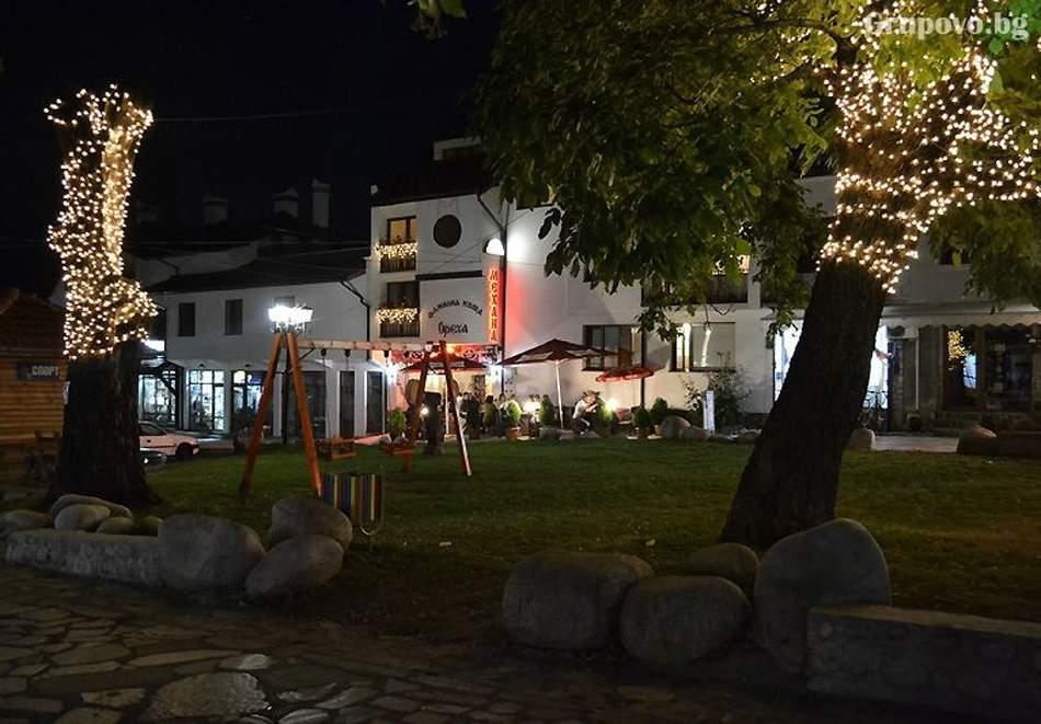 8 декември в Банско! 2 нощувки на човек + Празнична вечеря от фамилна къща и механа Ореха, Банско.