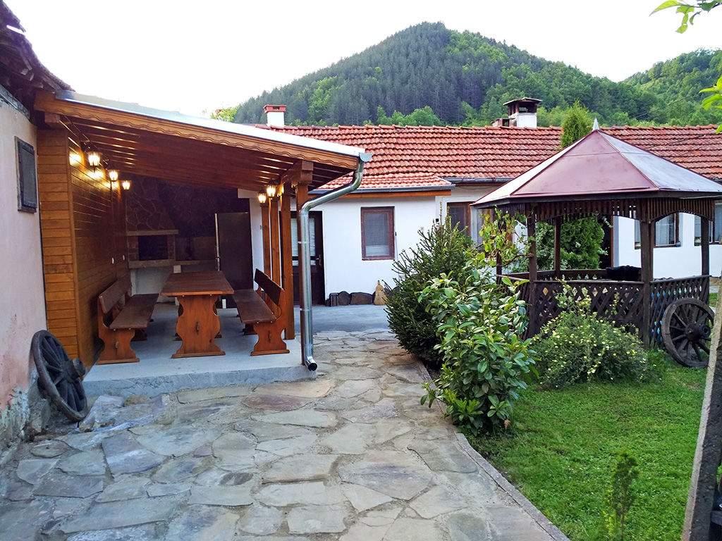 Нощувка за 15 човека + механа и чудесен озеленен двор в Бабината къща край Троян - с. Бели Осъм