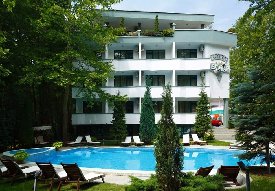 На 100м. от плаж Атлиман. Нощувка на човек със закуска и вечеря + басейн в хотел Елмар, Китен. Дете до 7.99г. БЕЗПЛАТНО.