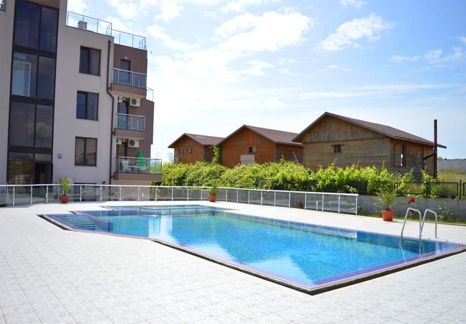 На брега на морето през Юни в Синеморец! Нощувка в апартамент за четирима или шестима + басейн в Комплекс Афродита 2