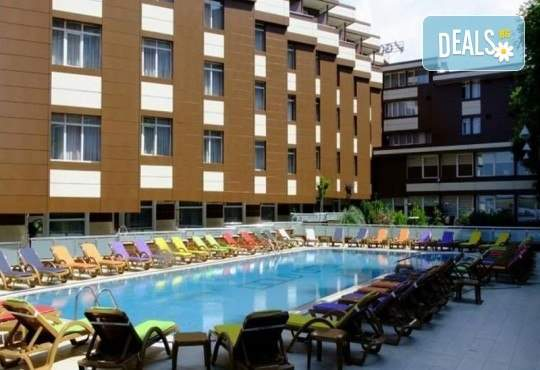 Лукс уикенд в Grand Gold Hotel 4*, Кумбургаз: 2 нощувки и закуски, басейн