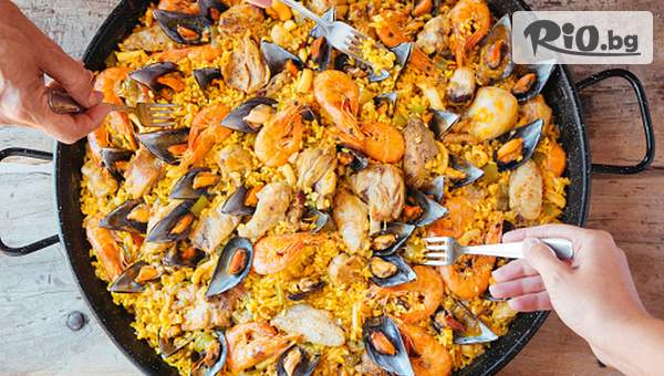 Насладете се на каничка Сангрия + 2 порции Паея, от Бистро Tapas