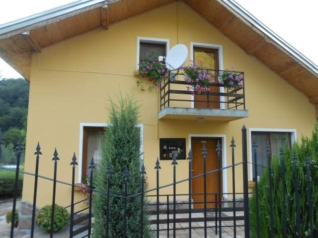 Нощувка за 10 човека + басейн,  детски кът и барбекю само за 160 лева в къща Грация край Троян - с. Балканец