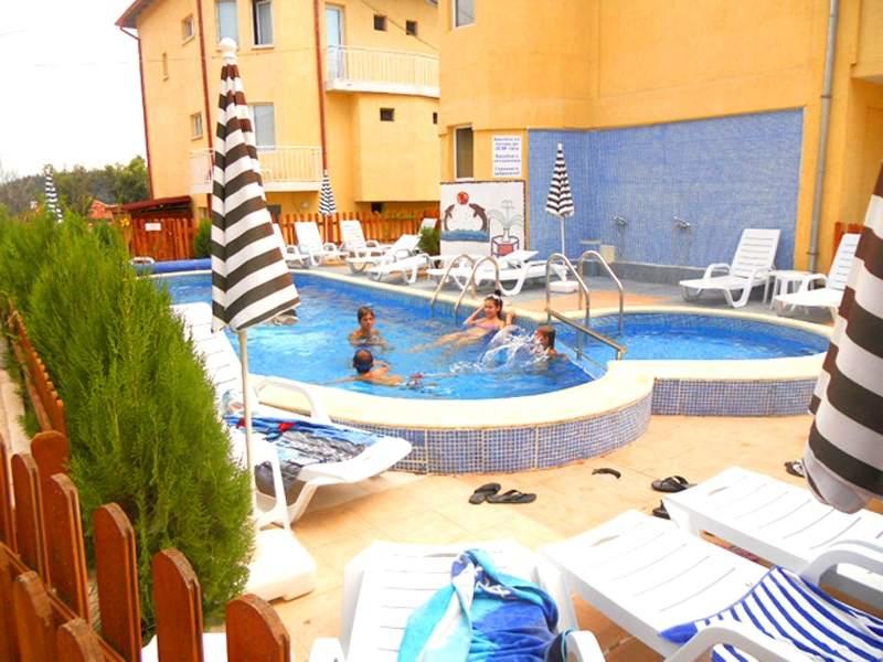 Релакс в Комплекс Елена, Баня! Възползвайте се от басейн с минерална вода и закуска!