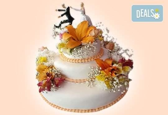 Сватбена торта с истински цветя: 60, 80 или 100 парчета от Сладкарница Джорджо Джани!