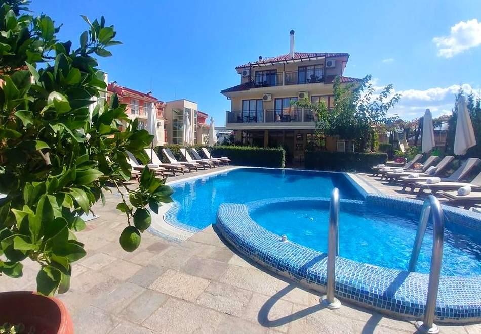 Нощувка на човек със закуска и вечеря + басейн на 150 м. от плажа в хотел Музите, Созопол