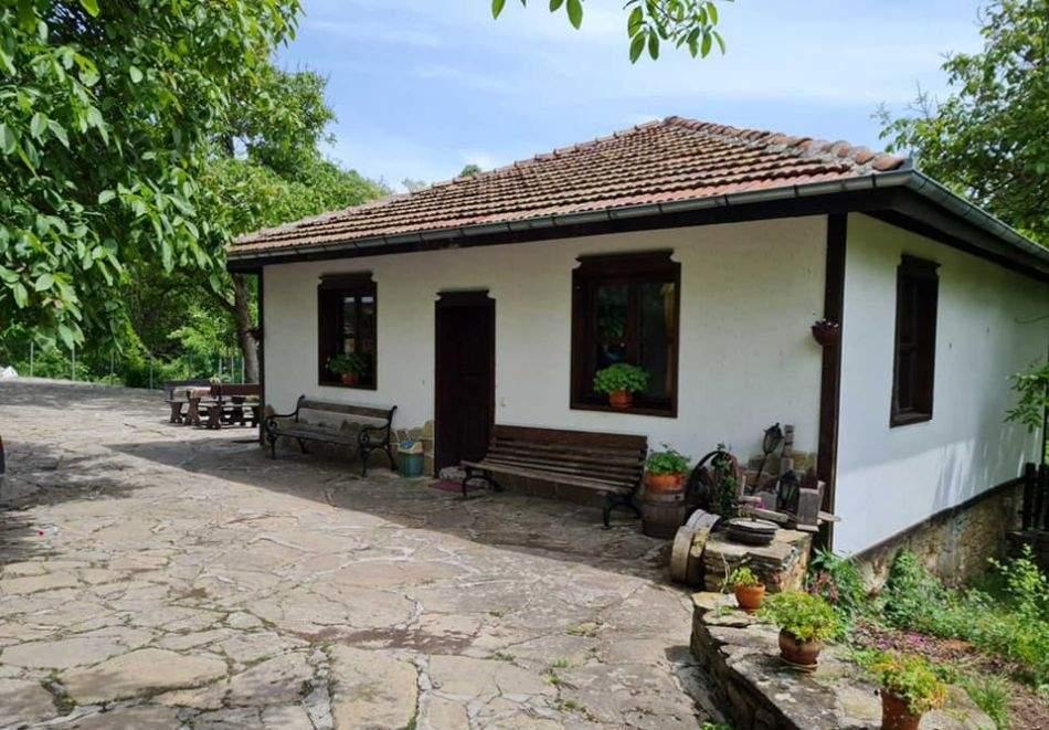 Наем на самостоятелна къща с капацитет до 8 човека с барбекю и механа с камина. Две, три или четири нощувки в къща за гости Под орехите до ТряÐ