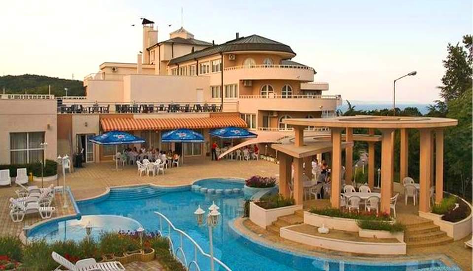 Нощувка на човек със закуска, обяд и вечеря в хотел Белвю, Златни пясъци