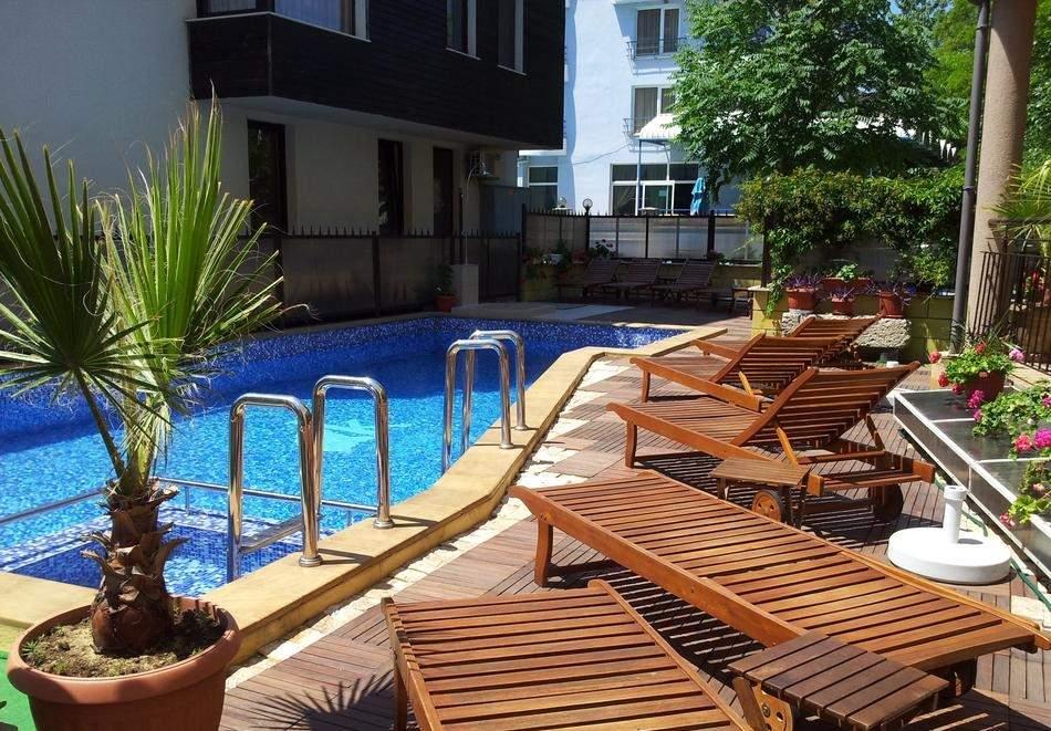 2+ нощувки на човек със закуска + басейн в семеен хотел Кандрови, на 50м. от плажа в Созопол