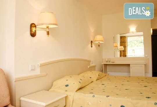 В кря на лятото в хотел Детелина 3*, Златни пясъци: нощувка на база All inclusive, басейн